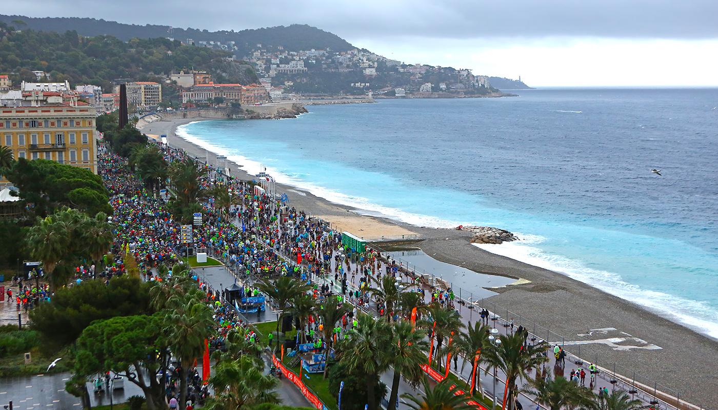 Vue aérienne sur la côte d'Azur