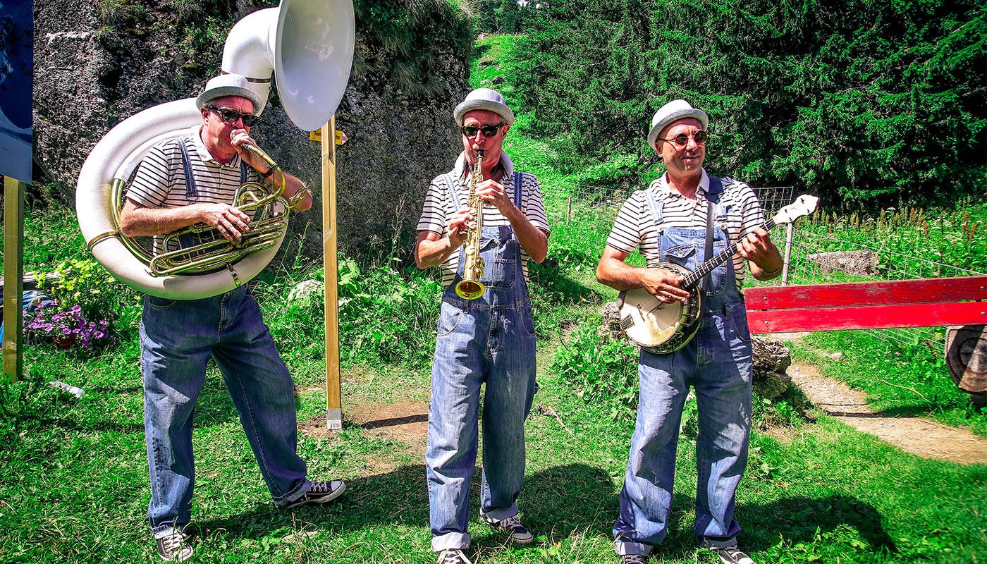 Musiciens mettent l'ambiance sur le Montreux Trail Festival
