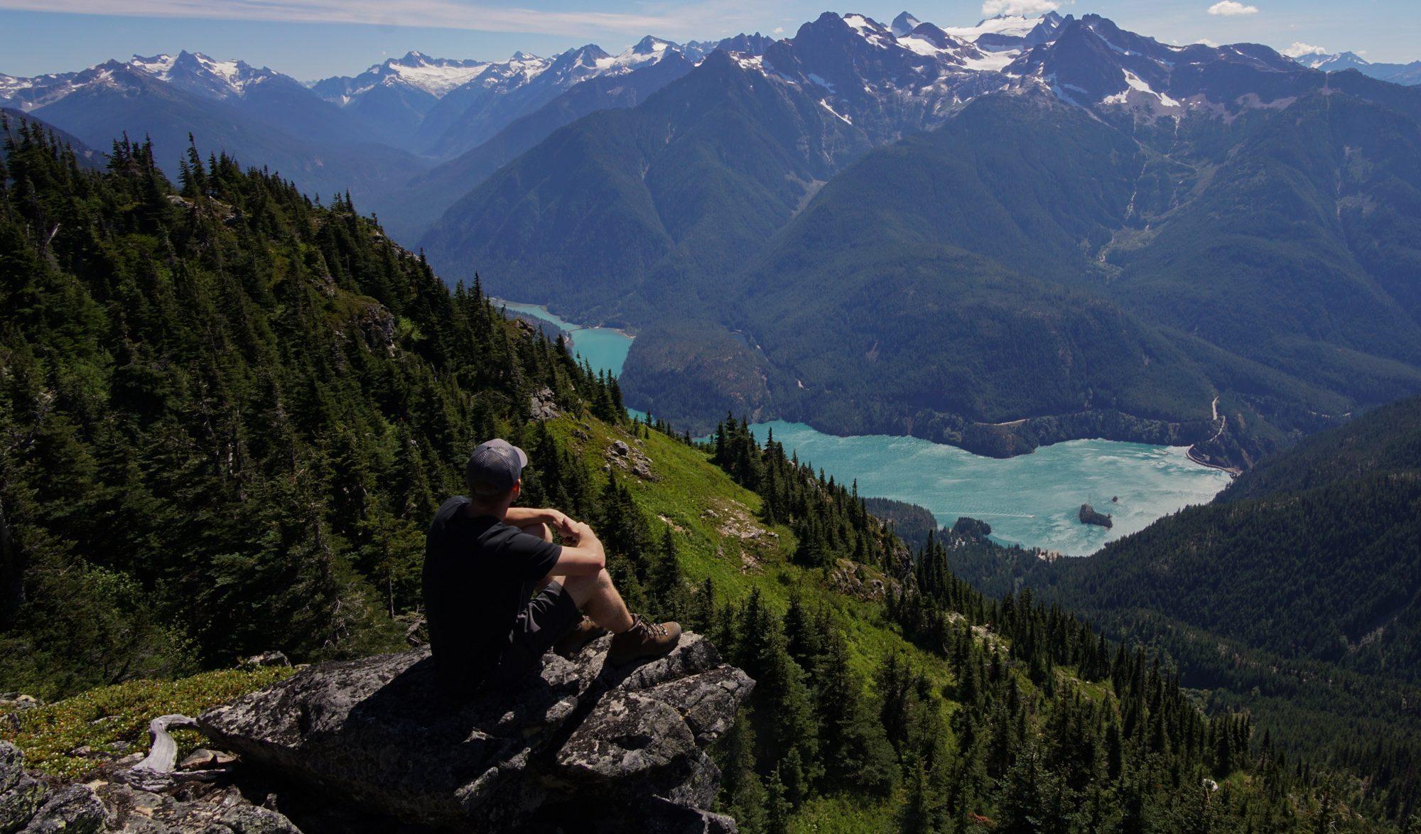 Panorama de montagne avec vue sur un lac