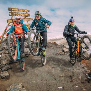 Hans Rey, Danny MacAskill et Gerhard Czerner au sommet du Kilimandjaro