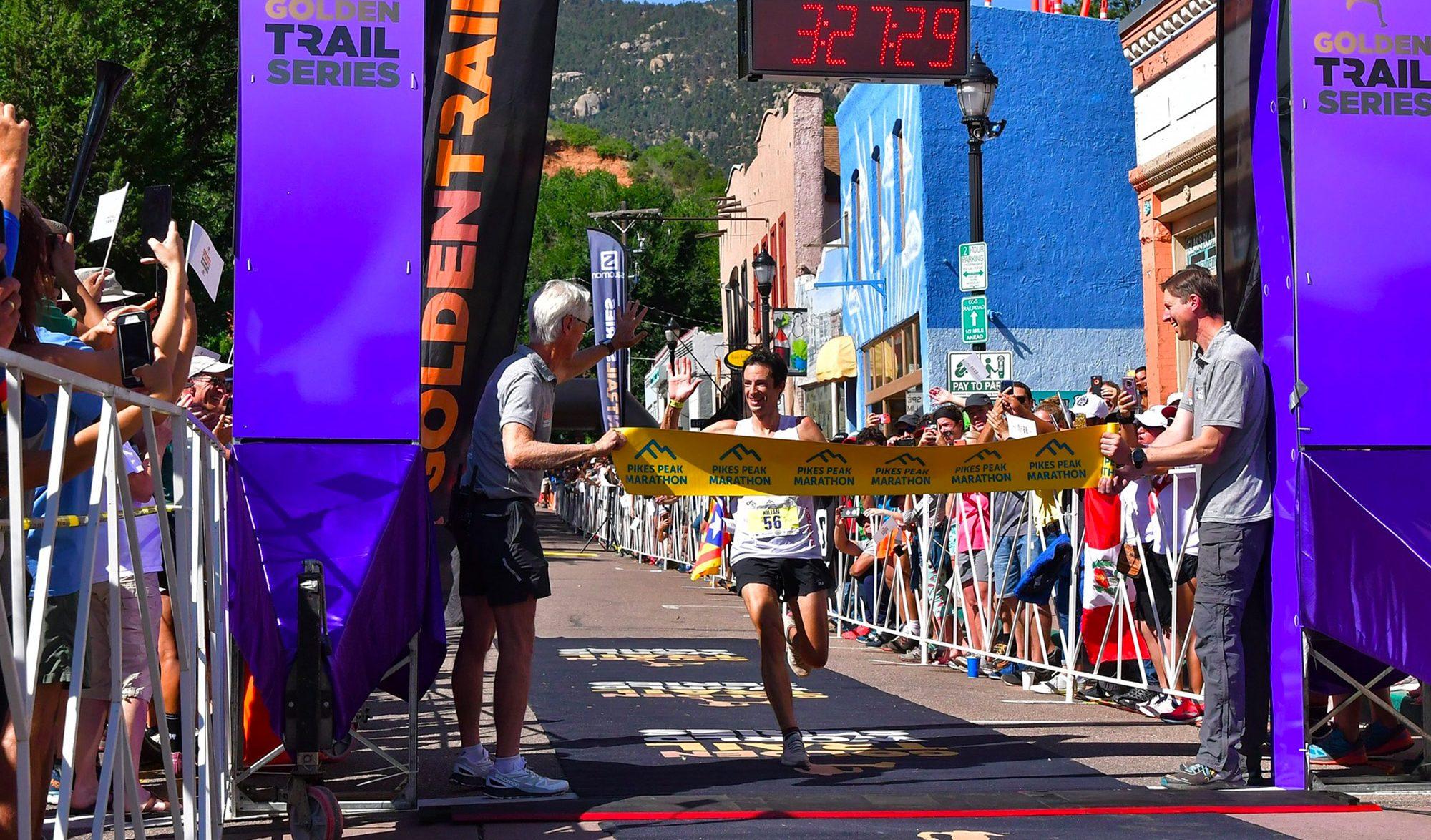Kilian Jornet sur la ligne d'arrivée de la Pikes Peak Marathon