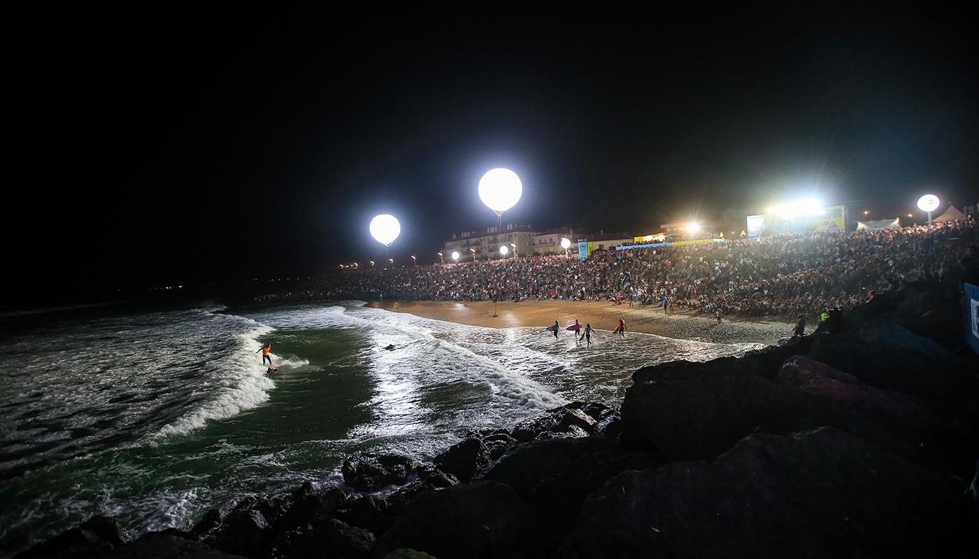 Public pendant le surf de nuit à Anglet
