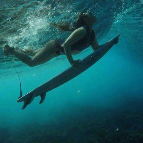 Johanne Defay sous l'eau avec son surf