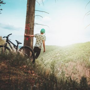 garçon en VTT en montagne