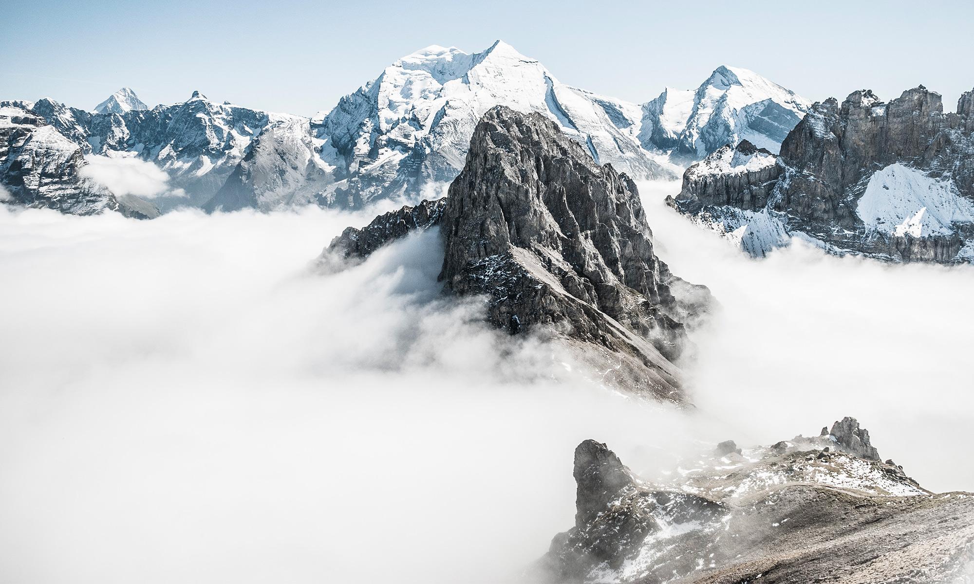 Montagnes au dessus des nuages