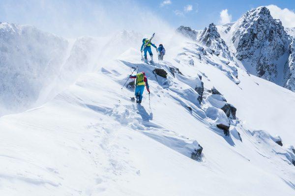 Trois alpinistes en montagne