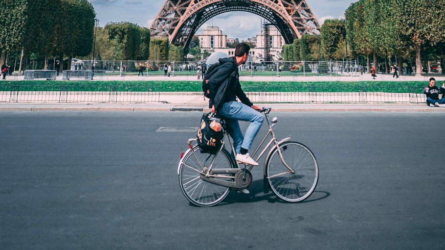 Vélo devant la Tour Effeil à Paris