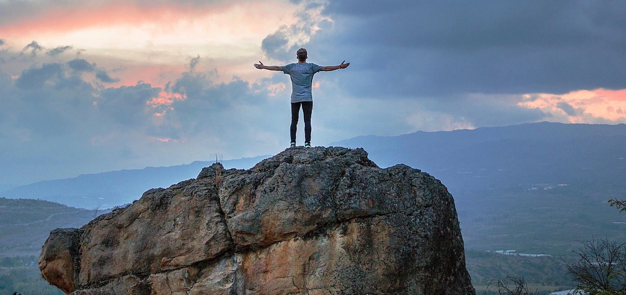 homme au sommet d'une montagne