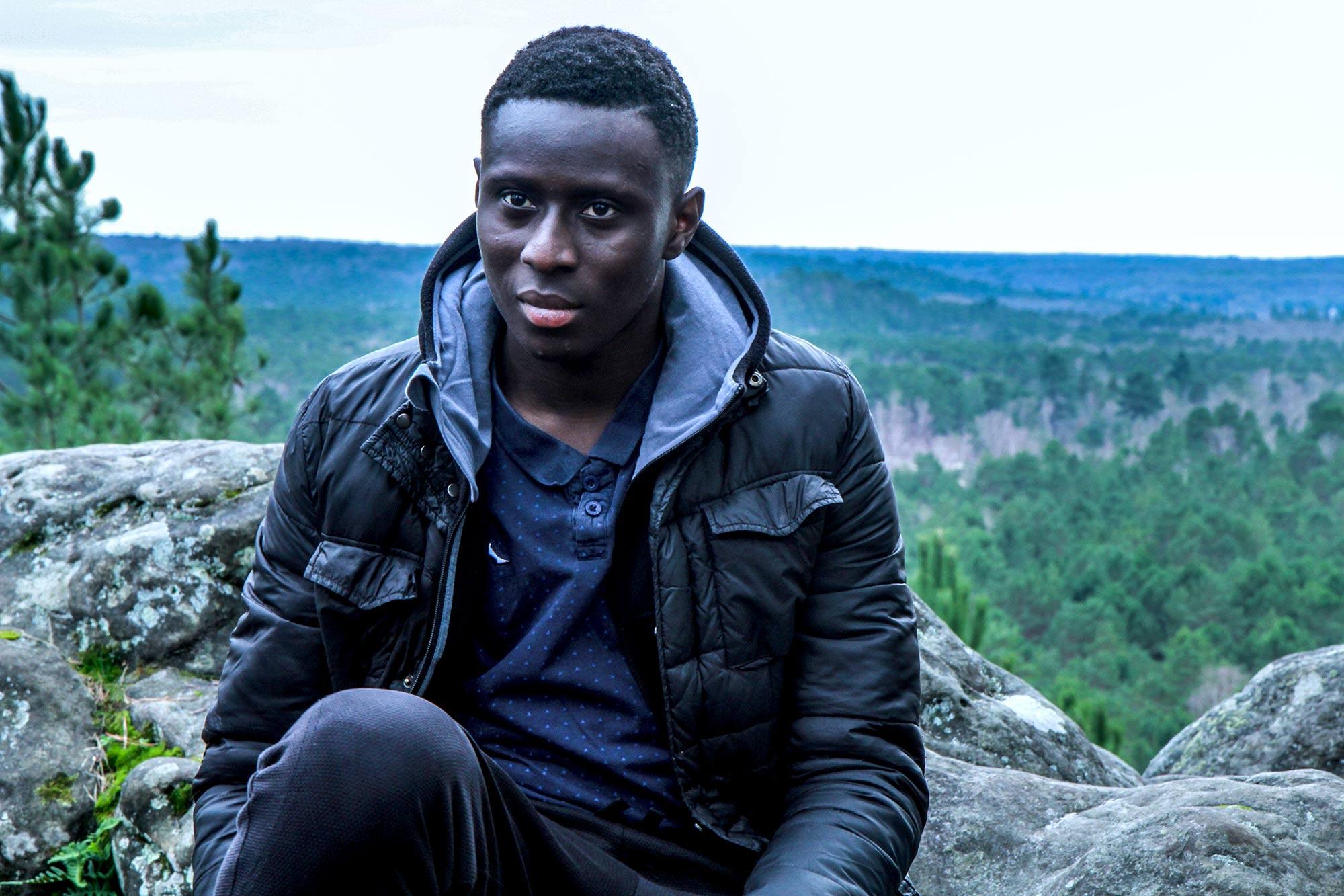 Jeune de l'association APART dans la forêt de Fontainebleau