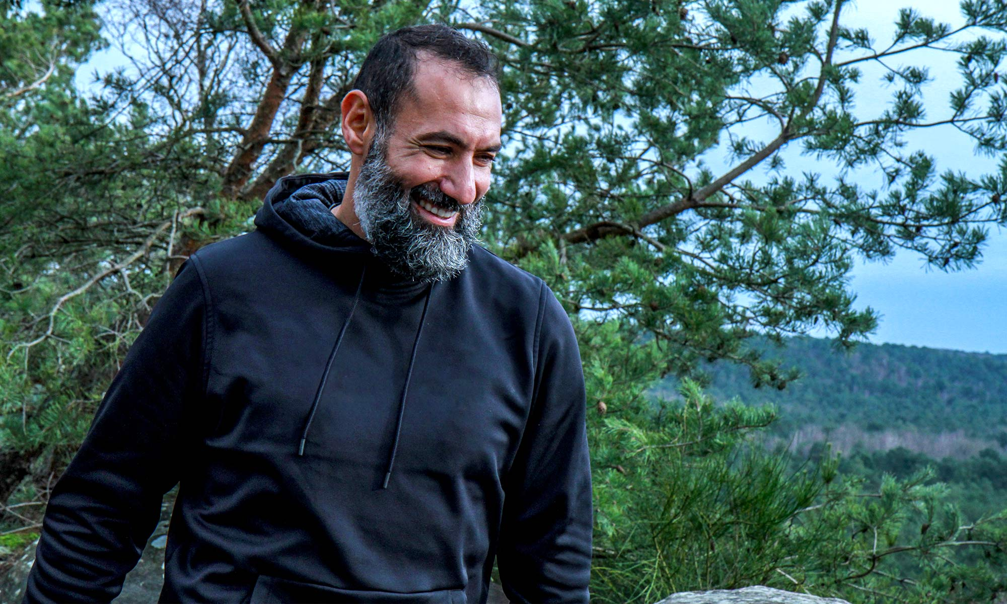 Samir Souadji de l'association APART dans la forêt de Fontainebleau