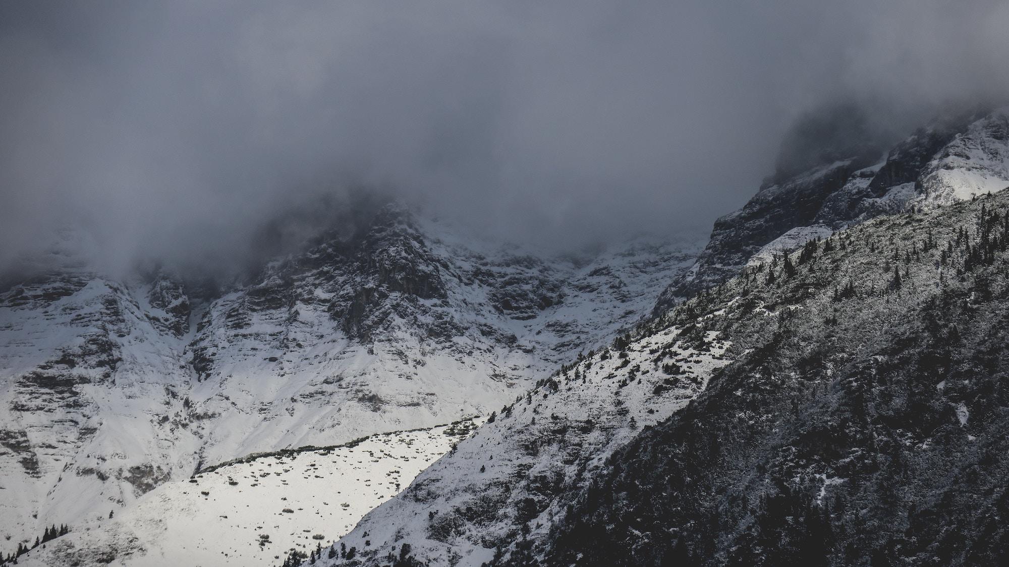 montagne sous la neige paul-gilmore-unsplash