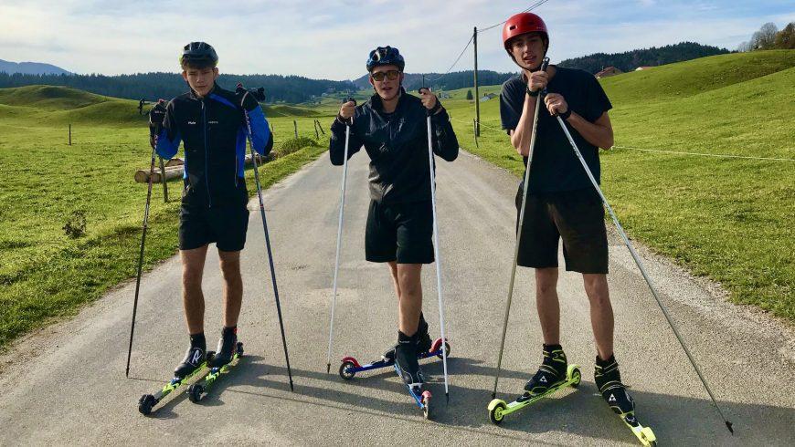 Malo, Célestin et Hugo s'entrainent pour leur périple en ski-roue.