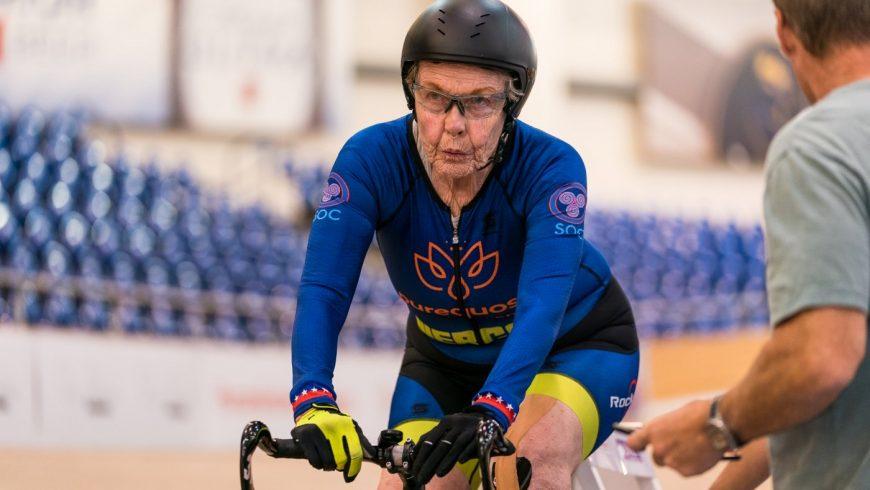 la cycliste Américaine Patricia Baker enchaine aujourd'hui les records sur piste dans la tranche d'âge des 80-84 ans.