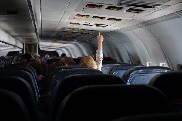 Un enfant dans un avion