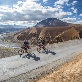 Khardung La, cycling the highest road in the world