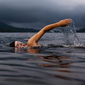 Nageur dans un lac