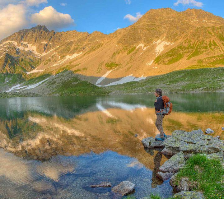 randonneur au bord d'un lac