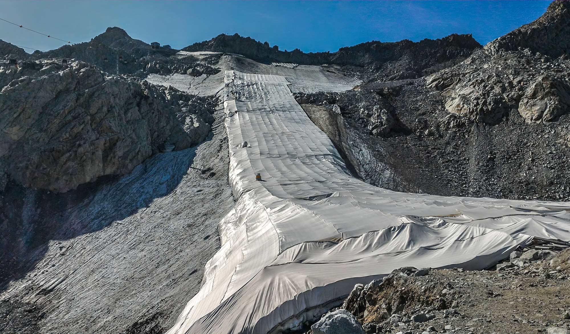 Glacier de Presena recouvert de draps blanc