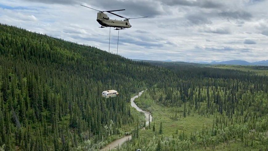 Magic bus d'Into the wild enlevé par hélicoptère