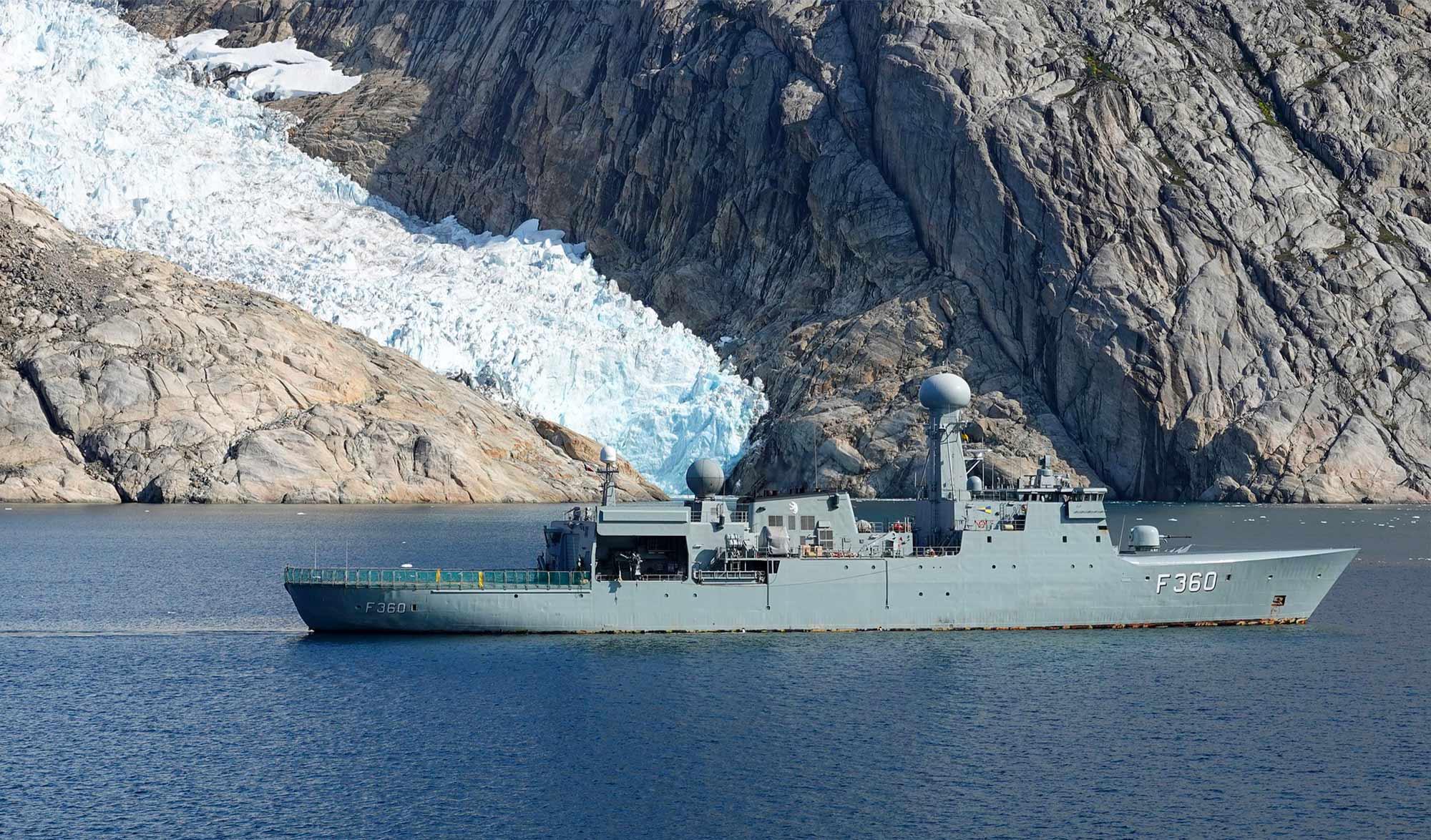 Navire militaire au Groenland
