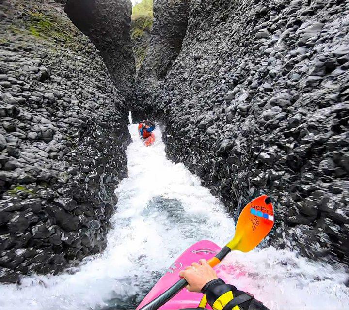 Dane Jackson descend en kayak la rivière la plus étroite au monde