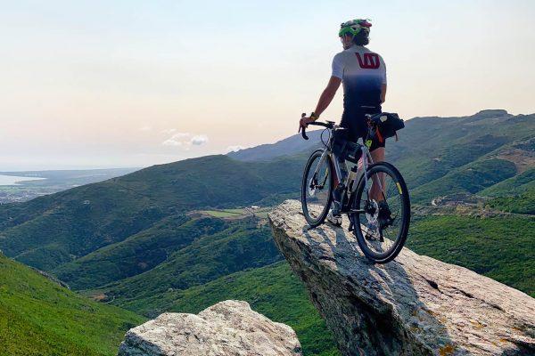 Couvre-feu : Stéphane Brogniart à l'assaut du tour de Corse à vélo