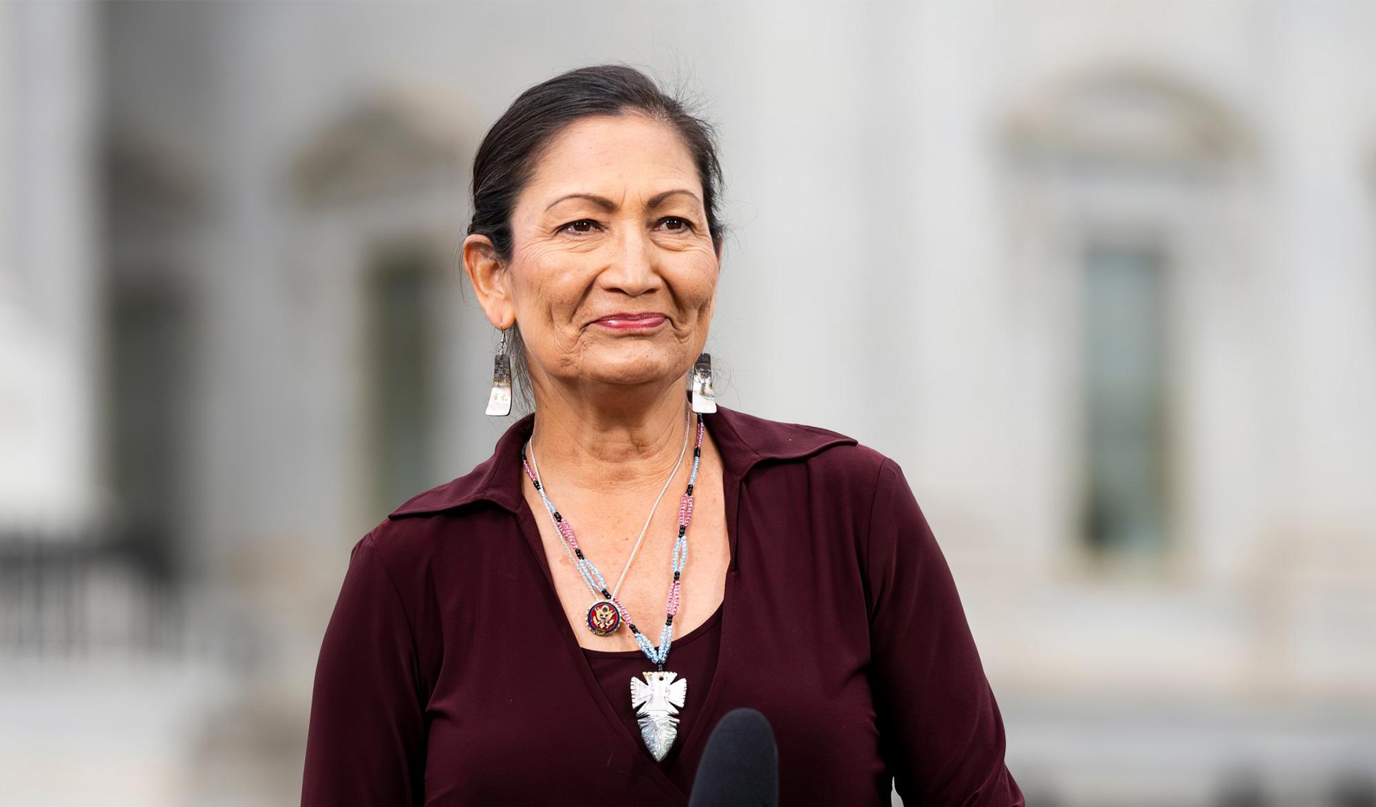 États-Unis : Deb Haaland, la première ministre Amérindienne de l'histoire du pays