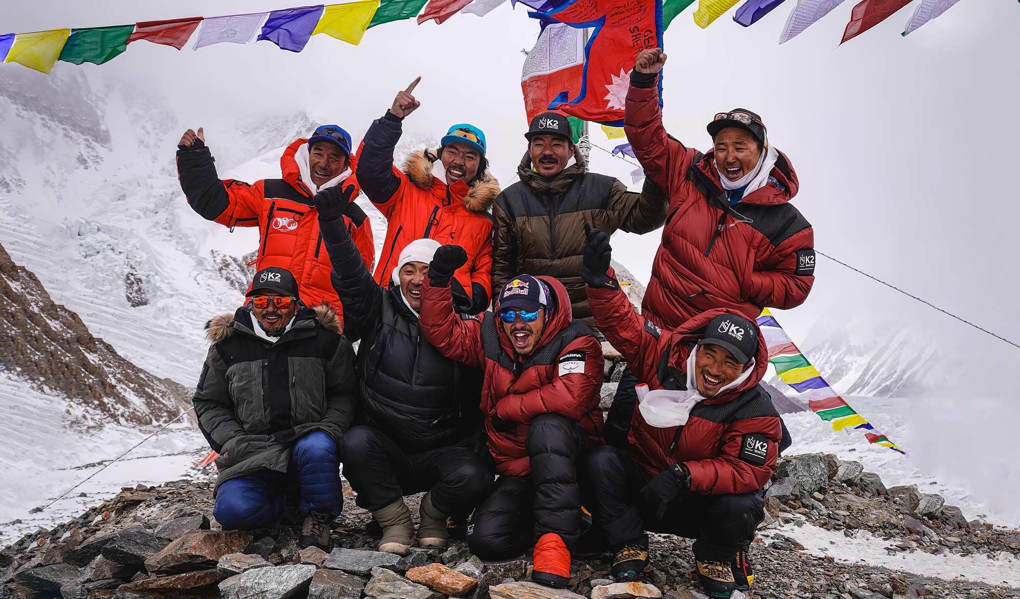 Equipe Népalaise victorieuse du K2 en hivernale