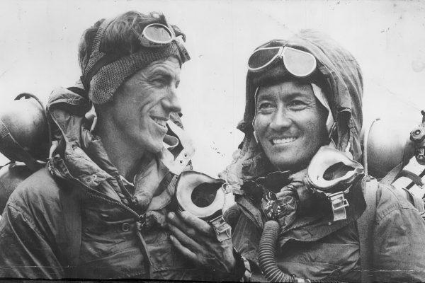enzing Norgay Sherpa (à droite), Edmund Hillary (à gauche), premiers hommes au sommet de l'Everest