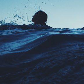 Un naufragé survit pendant 14 heures dans l'océan Pacifique accroché à une bouée