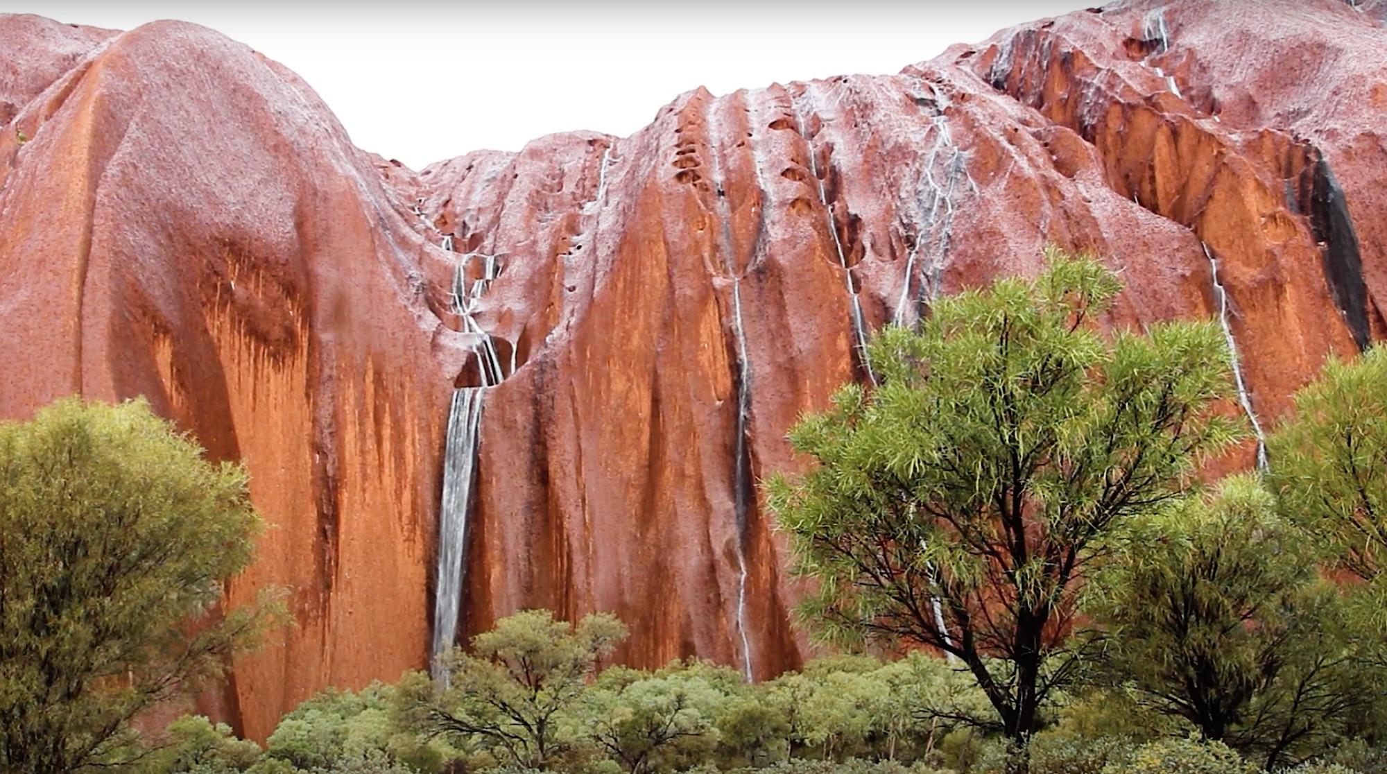 Exceptionnel : des cascades surgissent sur le rocher sacré d'Uluru