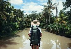 Voyageur à sac à dos dans la jungle