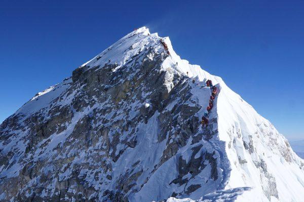 Queue d'alpinistes au sommet de l'Everest