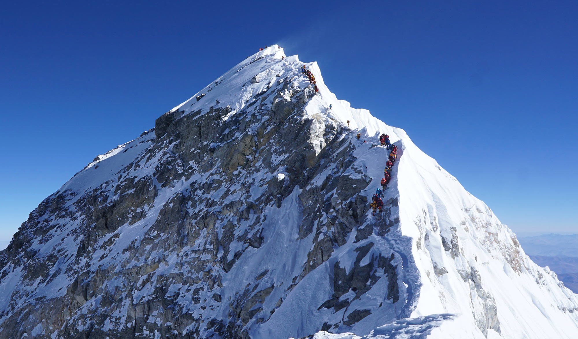 Queue d'alpinistes au sommet de l'Everest