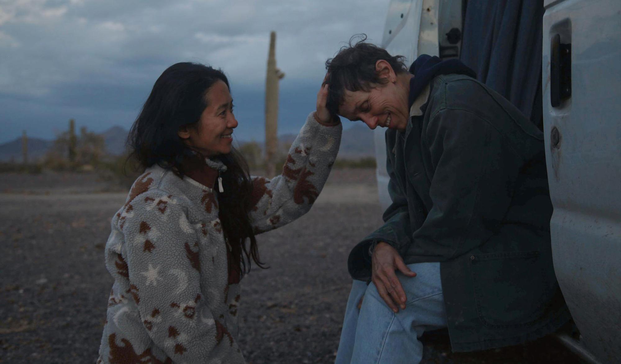 La réalisatrice Chloé Zhao (à gauche) et l'actrice Frances McDormand sur le tournage de « Nomadland »