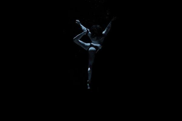 Tang'O la danseuse espagnole Hariadna Hafez dans en apnée à 10 mètres sous l'eau