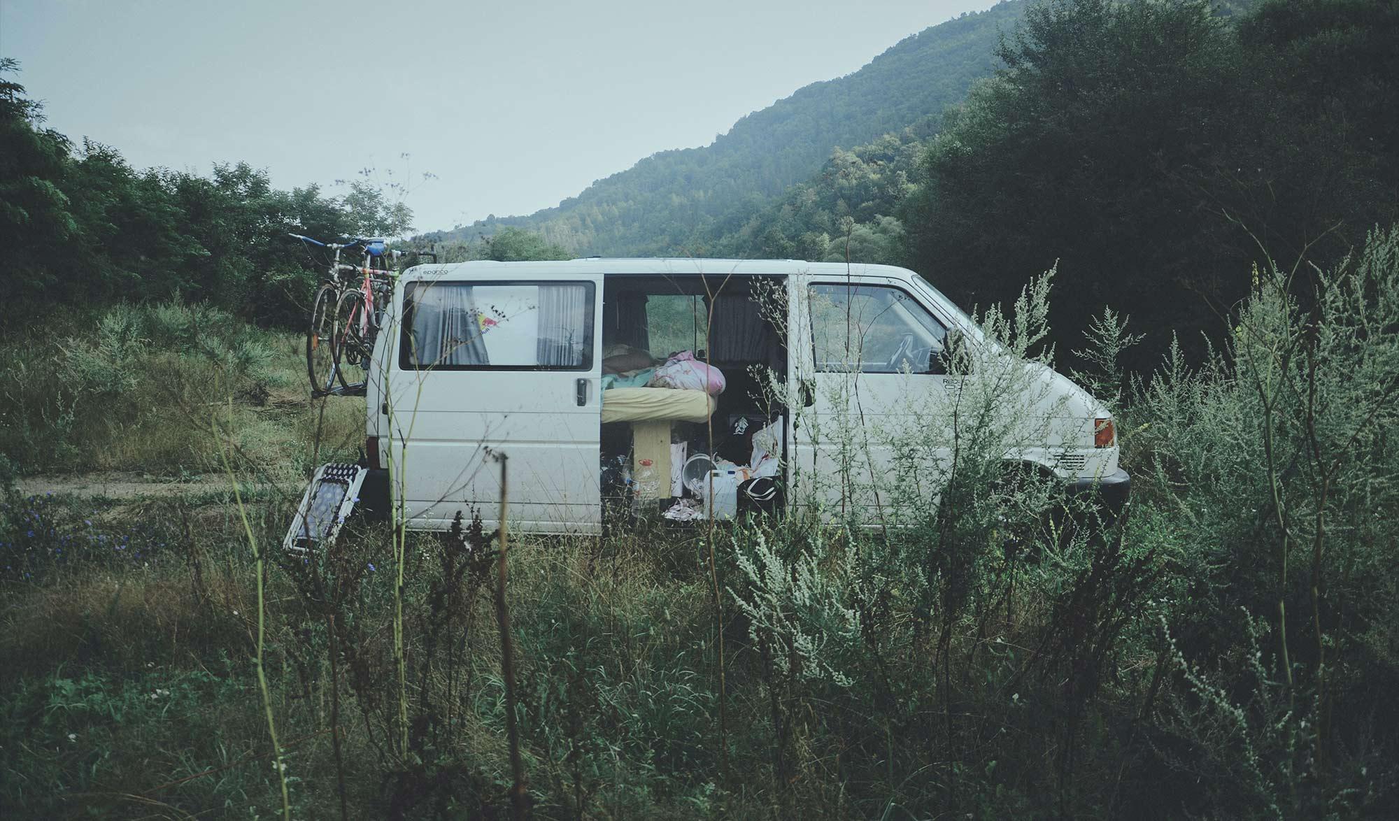 Van sur une aire de camping