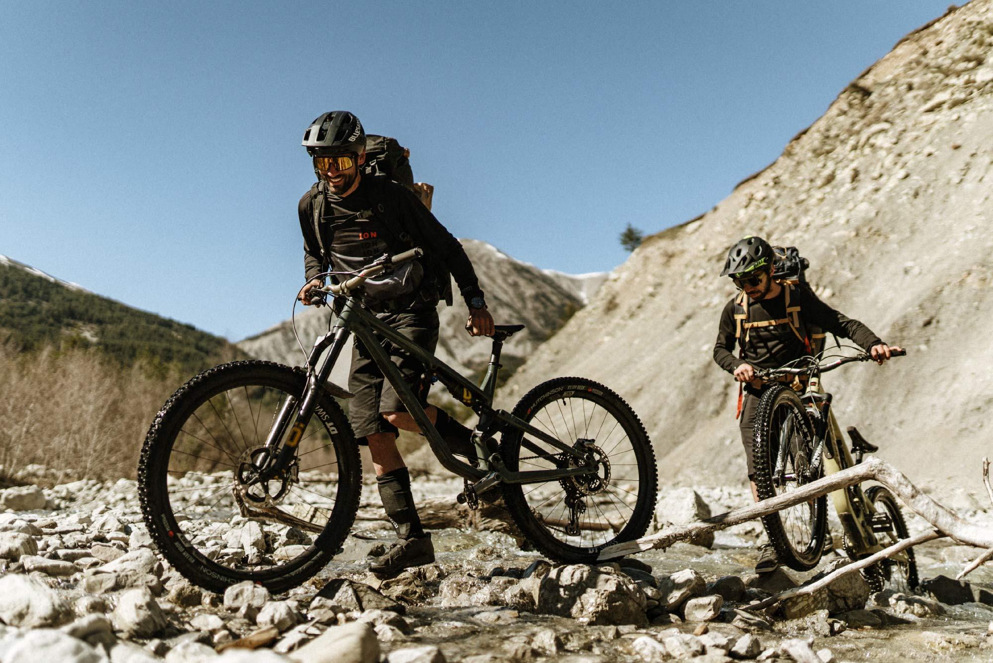 Kilian Bron et Maxime Peythieu sur les sentiers près d'Annot, dans les Alpes de Hautes-Provence