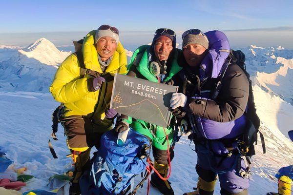 Kami Rita Kami Rita Sherpa atteint le sommet de l'Everest pour la 25ème fois