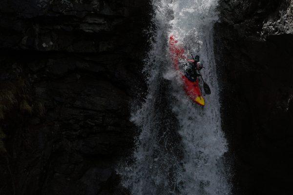 Nouria Newman saute une chute de 23 mètres dans les Hautes-Alpes