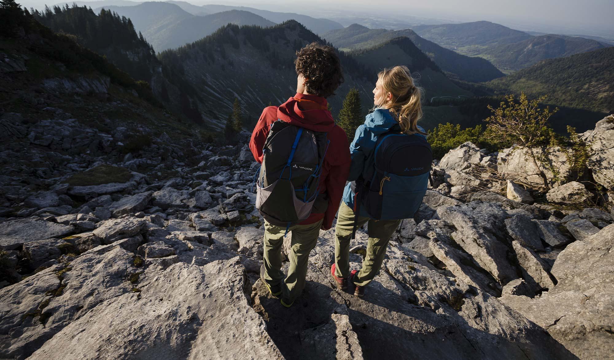 Couple en randonnée en montagne