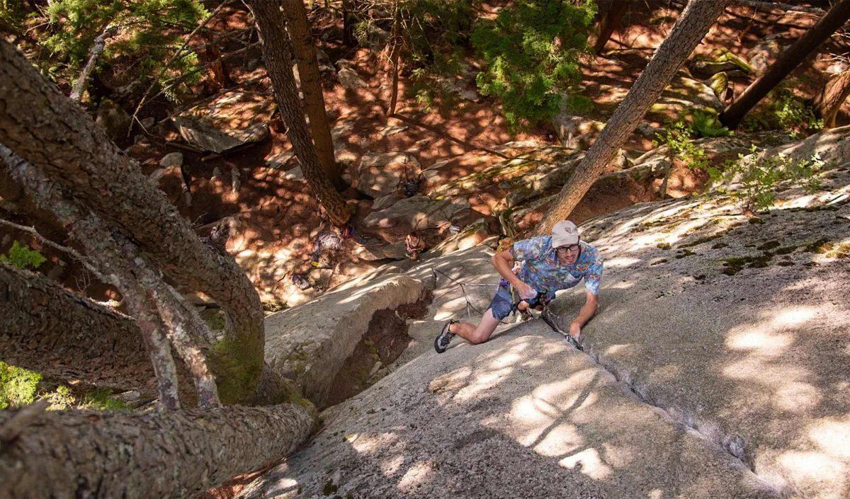 Josh Ourada escalade une voie au Yosemite