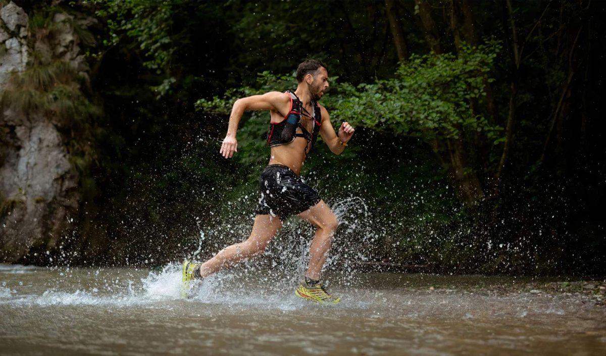 trail runner Courant dans l'eau