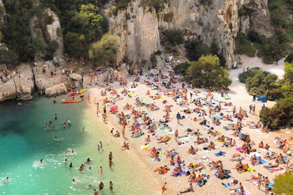 Forte affluence sur une plage des calanque de Marseille