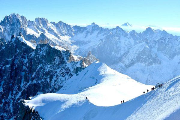Cordées d'alpinistes sur l'arête de l'aiguille du midi