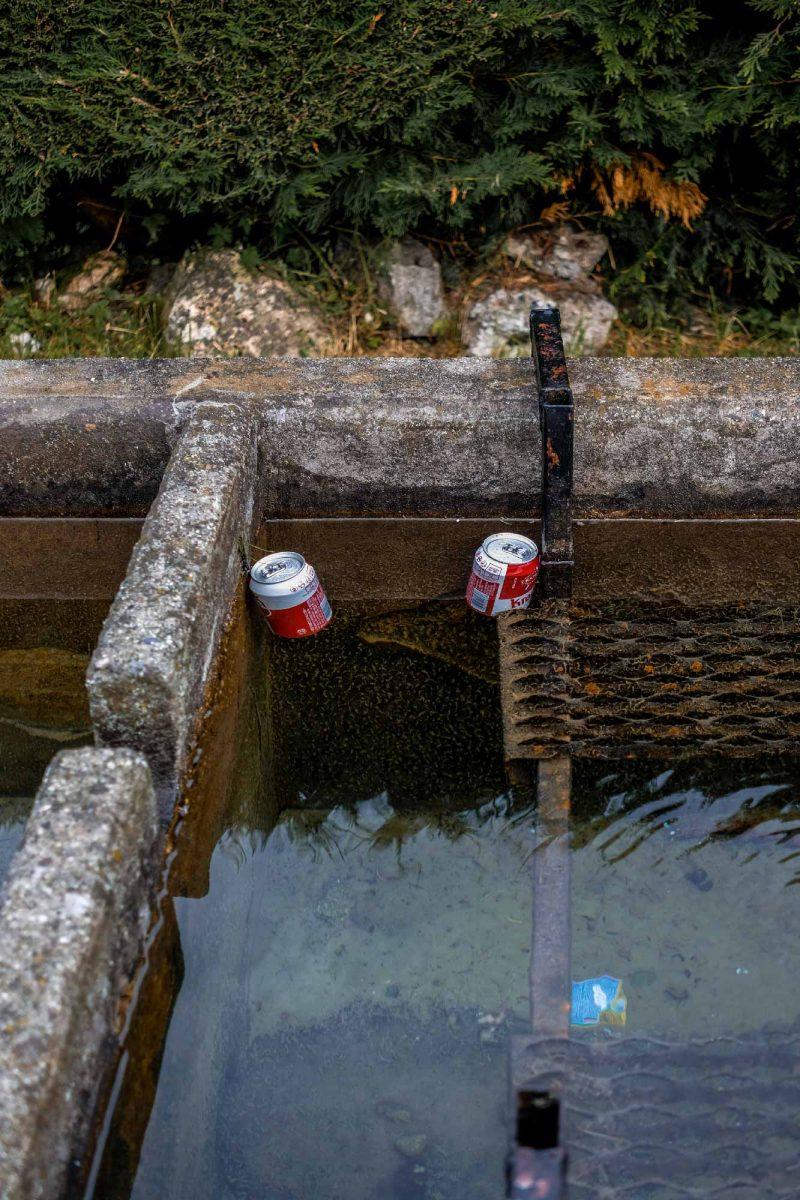 deux cannettes de bières dans un bassin d'eau fraiche