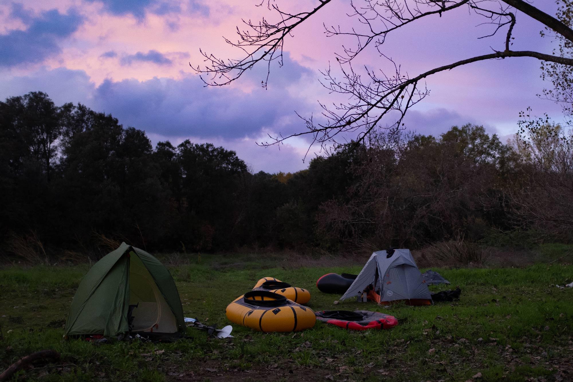 bivouac 2 tentes avec 2 packrafts gonflés