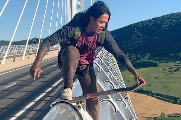 Saut en base jump avec un skate depuis le viaduc de Millau