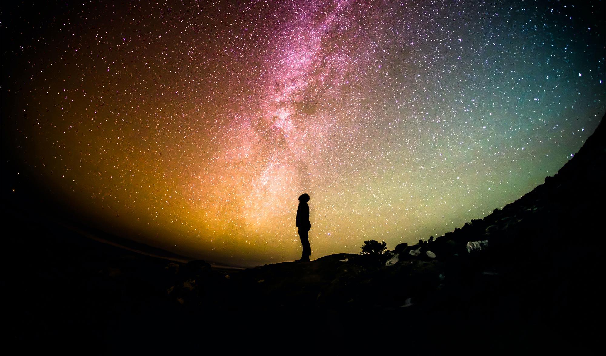 Homme regardant les étoiles de nuit