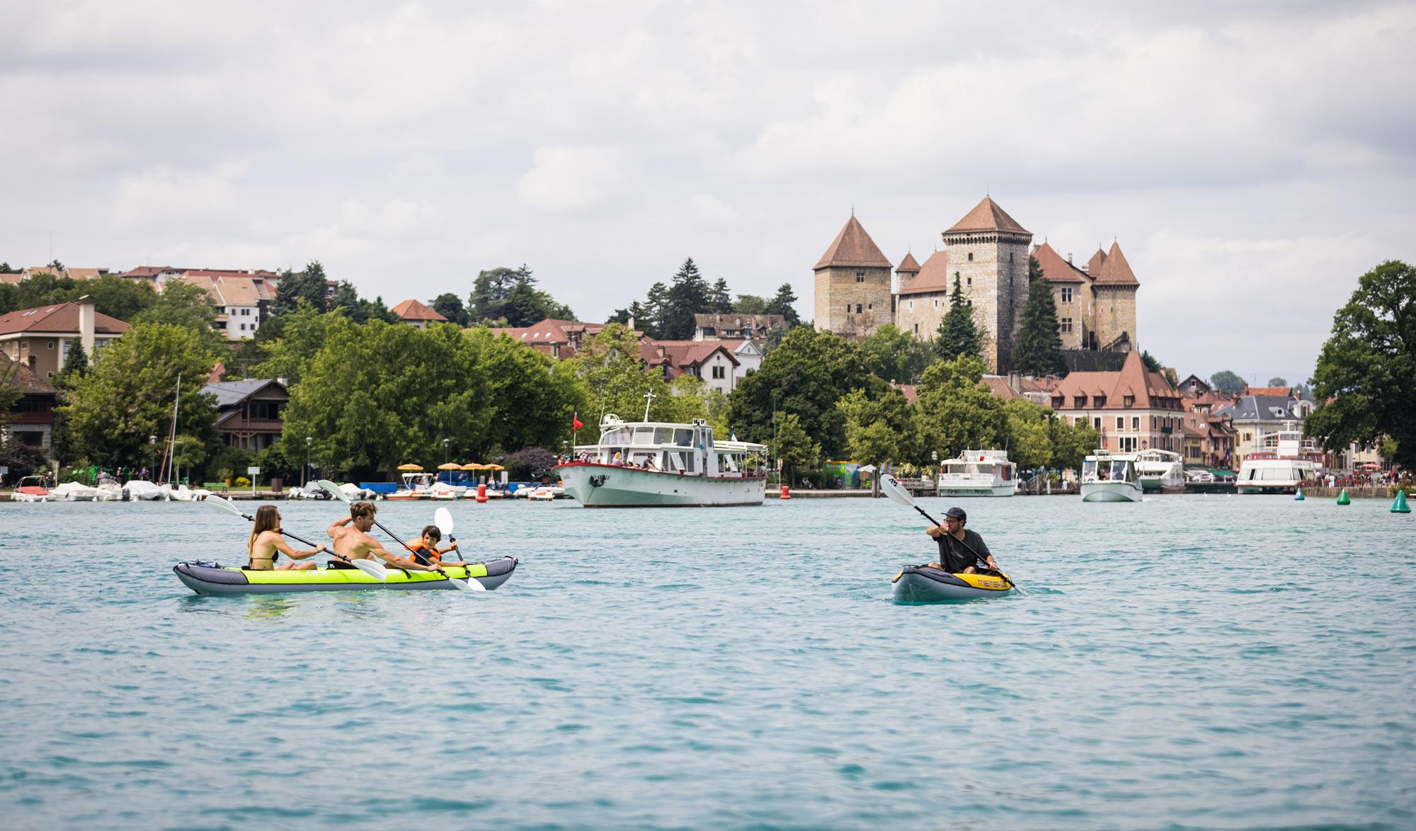 Famille pagaie sur le lac d'Annecy avec un kayak Aqua Marina